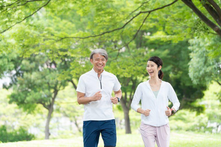 ジョギングしている男性と女性